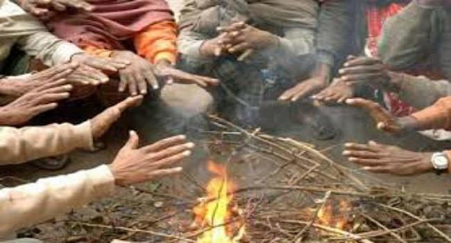 कड़ाके की ठंड और तेज सर्द हवा के चलने के कारण दिन भर घरों में दुबके रहे लोग