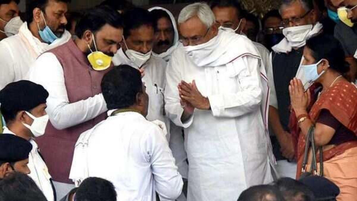Nitish Kumar announces 5 lakh